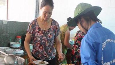 Hà Tĩnh: Đội nắng nấu cơm trưa miễn phí cho sĩ tử