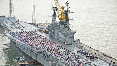 Hàng trăm lính thủy Ấn Độ tập yoga trên boong tàu sân bay
