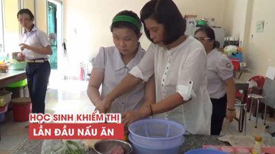 Lần đầu cầm dao, nấu ăn và tự qua đường của những học sinh khiếm thị