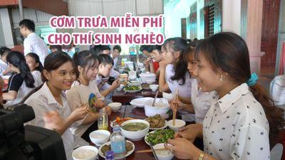Nấu cơm trưa phục vụ miễn phí thí sinh nghèo