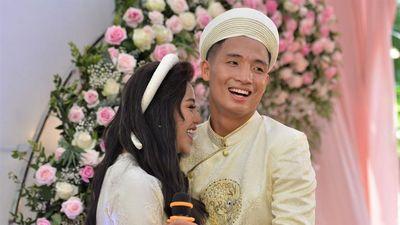 Bùi Tiến Dũng hát 'Nắm lấy tay anh' tặng cô dâu ở lễ ăn hỏi