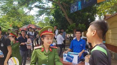 Danh tính nữ thiếu úy công an đẹp hút hồn phát nước cho thí sinh ở Nghệ An