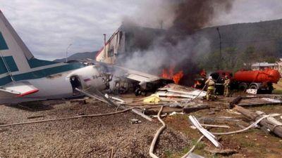 Máy bay chở khách bốc cháy ngùn ngụt sau khi hạ cánh khẩn cấp ở Nga
