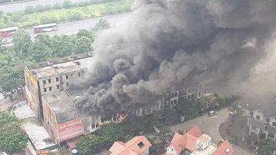 Clip: Cháy dữ dội dãy biệt thự liền kề gần Thiên Đường Bảo Sơn