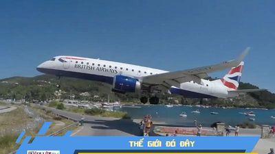 Hú hồn máy bay hạ cánh, sượt qua đầu người dân