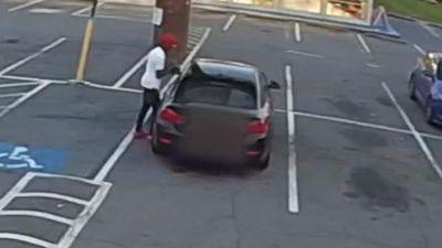 Người phụ nữ nhảy vào xe giằng co với tên trộm ôtô
