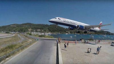 Đứng tim nhìn máy bay suýt quệt đầu du khách khi hạ cánh