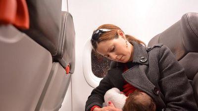Hãng bay 'gặp bão' vì bắt bà mẹ cho con bú phải che