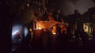 Kinh hãi cảnh xưởng nhựa rộng hàng trăm m2 ở Hà Nội bốc cháy ngùn ngụt