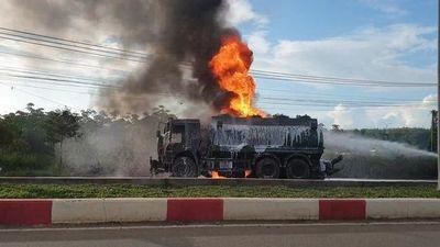 CLIP: Xe ben tông thẳng vào xe bồn, lửa rực cháy, 1 tài xế bị thiêu cháy trong cabin