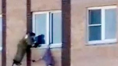 'Người nhện' Nga thoát chết thần kỳ sau khi bị treo ngược ngoài cửa sổ