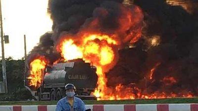 Nóng: Xe tải tông xe bồn phát nổ, ngọn lửa bốc lên dữ dội làm ít nhất 2 người chết
