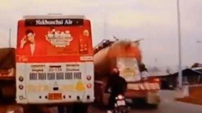 Cố gắng vượt xe buýt, người điều khiển xe máy gặp va chạm 2 lần