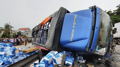 Cảnh sát khám nghiệm hiện trường vụ 5 người bị xe tải đè chết