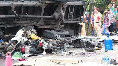 Xe tải lật đè chết người đứng xem tai nạn giao thông ở Hải Dương: Lái xe không làm chủ được tốc độ