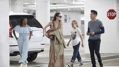 Angelina Jolie xuất hiện gợi cảm với váy màu nude bên người đàn ông 'bí ẩn'