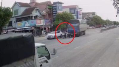 Vượt đèn đỏ, cụ bà ở Hà Tĩnh bị xe tải tông nhập viện