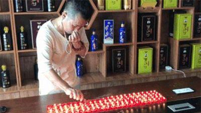 Choáng váng bậc thầy Kung Fu thổi tắt 120 ngọn nến bằng tai