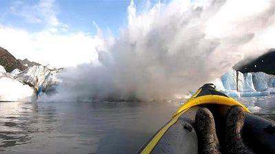 Người chèo thuyền suýt bỏ mạng vì băng khổng lồ sụt nổ như bom