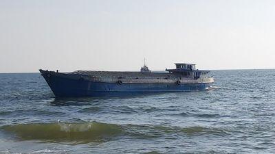 Phú Quốc: Kéo ra biển thành công sà lan thứ 3 bị sóng đánh dạt vào bờ