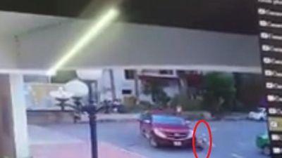 Hãi hùng cảnh một bé trai bị xe bán tải cuốn vào gầm