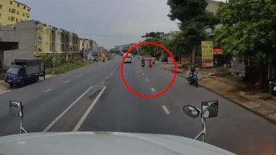 Tài xế container đánh lái, phanh gấp để cứu bé trai đột ngột qua đường