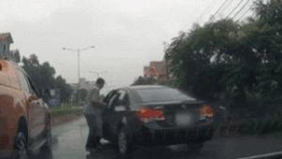 Thấy ôtô dừng gây tắc đường, người đàn ông đi ngang lập tức vào lái hộ