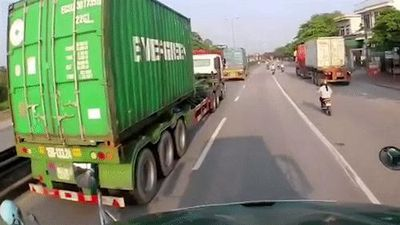 Nữ tài xế mặc như 'ninja' tạt đầu xe container trên quốc lộ 5