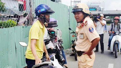 Nhiều người đi xe máy ngược chiều bị CSGT xử phạt ở Sài Gòn