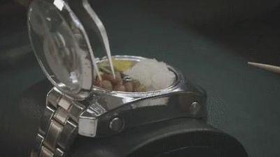 Đồng hồ đeo tay đựng được cả bữa cơm trưa