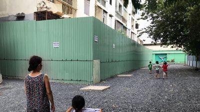 Trẻ con vô tư đùa nghịch bên chung cư nghiêng nửa mét ở Sài Gòn