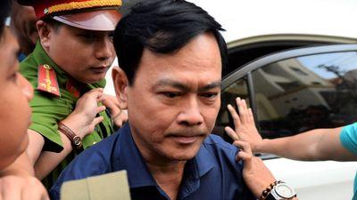 Nguyễn Hữu Linh được hàng chục cảnh sát che chắn khi rời tòa