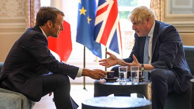 Hình ảnh thủ tướng Anh gác chân lên bàn khi gặp tổng thống Pháp