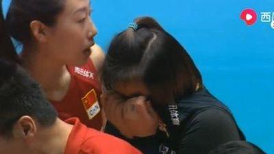 Nữ VĐV bóng chuyền ôm mặt khóc vì khiến đồng đội nằm cáng rời sân
