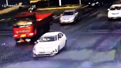 Cuộn tròn người, cô gái thoát chết thần kỳ dưới gầm xe tải