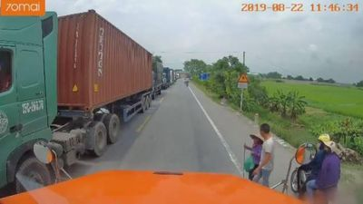 Clip tài xế container dừng xe dẫn bà lão sang đường gây sốt