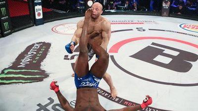 Quá ham tấn công, võ sĩ lãnh trọn 3 cú đạp vào mặt và phải nhận trận thua vô cùng cay đắng
