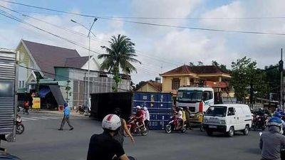 Clip: Người phụ nữ hoảng loạn vì thùng container đổ sầm trước mặt