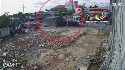 Clip: Thùng container rơi khỏi xe khi vào cua, suýt đè nát người đi xe máy