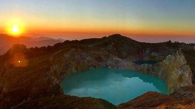 Hồ nước kỳ lạ, thay đổi nhiều màu liên tục trên ngọn núi thiêng