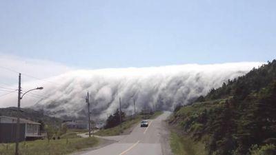 Kỳ lạ sương mù cuồn cuộn như dòng thác bao phủ cả thị trấn