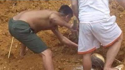 Kinh hoàng phát hiện chân người thò ra từ dưới đất và cái kết bất ngờ