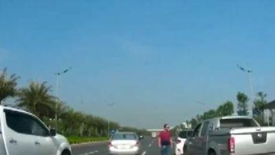 Hai xe ôtô lạng lách, kèn cựa nhau trên đường cao tốc