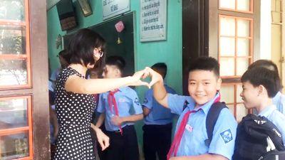 Nóng mạng xã hội: Cô giáo 'gây bão' với cái ôm và góp tim 'phiên bản Việt'