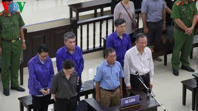 Cựu Thứ trưởng Lê Bạch Hồng xuất hiện tại tòa với gương mặt mệt mỏi