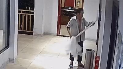 Cảnh trộm giấy vệ sinh công cộng hoành hành ở Trung Quốc