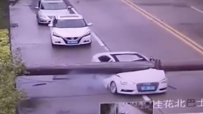 Cột đèn đè nát xe Audi và cái kết như phim hành động