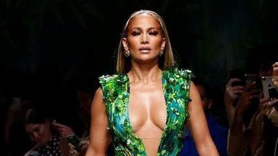 Jennifer Lopez mặc váy xẻ sâu trên sân khấu