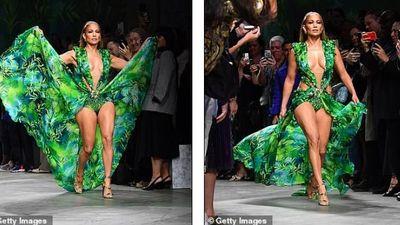 Jennifer Lopez khoe đường cong nóng bỏng trong trang phục hở bạo trên sàn catwalk
