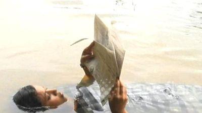 Nàng tiên cá Ấn Độ ăn, ngủ, đọc sách đều dưới nước